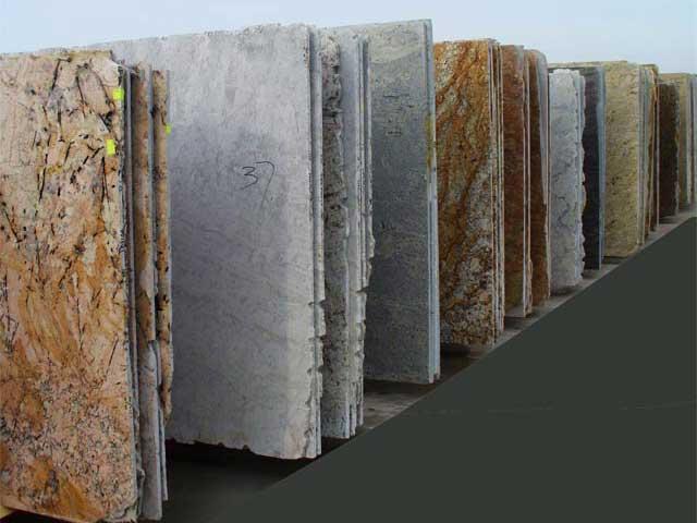 Коричневые слэбы натурального камня с рельефом